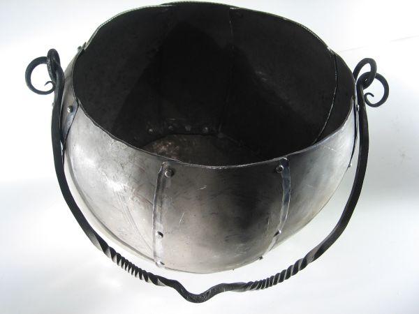 Genieteter Kessel: Der Kessel besteht aus genietetem Stahlblech. Die Platten wurden, ähnlich wie beim Spangenhelm kalt angepaßt und dann vernietet.