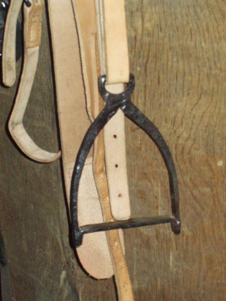 Frühmittelalterlicher Steigbügel aus Stahl. der Bügel wie die Gurtöse bestehen aus einem Stück, der Fußtritt wurde durch Feuerschweißen angebracht. Ähnlich aufgebaute Steigbügel gibt es als Funde die in das Frühmittelalter interpretiert werden Ein Paar dieser Steigbügel sind momentan im Ribe Vikingecentre im Einsatz (Foto)