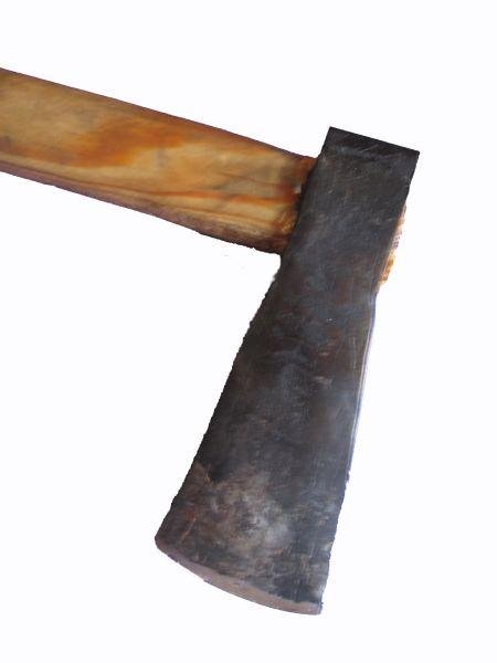 Oftmals ein vernachlässigtes, aber dennoch wichtiges Thema: Das Holzspalten. Die Form dieser Spaltaxt ist an Funden angelehnt und für ein effizientes, kraftsparendes Spalten ausgelegt. Der Axtkeil schneidet sich quasi durch die Keilgeometrie selber frei. Die Axt besteht in diesem Fall aus gehärtetem 42CrMo4