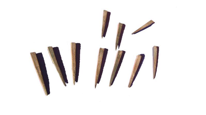 """Bleinägel, Spätmittelalter (1470). Diese """"kopflose"""" Nagelform wurde verwendet um die eingebleiten Glasstücke auf dem """"Bleitisch"""" zu fixieren und wurden beim weitere Fertigen des Fensters wieder entfernt."""