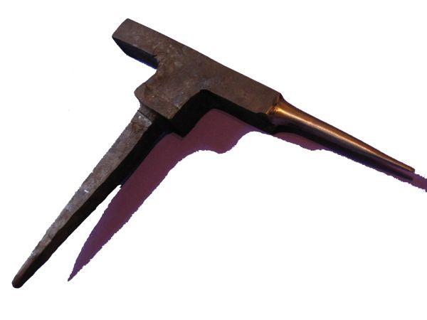 Dieser Sperrhaken wurde aus einem Stück 42CrMo4 von Hand geschmiedet. Hier sollen noch Sicken eingearbeitet werden damit er als Sickenstock für einen Nestelmacher dienen kann. Ähnliche kleine Ambosse sind in den Hausbüchern der mendelchsen Zwölfbrüderstiftung immer wieder zu sehen. Spätmittelalter (1425).