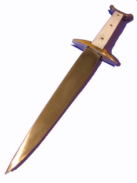"""Dieser Dolch ist an eine Vorlage aus dem Buch """"Europäische Hieb-und Stichwaffen"""" angelehnt. Das Original hat nur noch eine fragmentierte Klinge und zusätzliche Kupfertauschierungen im Parier. Die Griffplatten aus Knochen sind interpretiert. Die Klinge als solches besteht aus einem Laminatstahl (L1/3C60A). Die Griffschalen sind, wie schon erwähnt, aus Rinderknochen. Griffnieten wie auch Gefäßteile sind aus Messing geformt worden. Der Knauf ist hinten auf die Griffzunge vernietet."""
