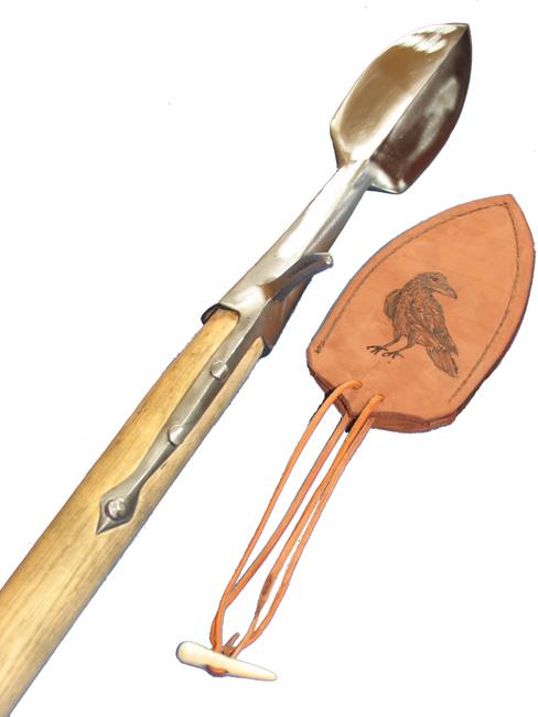 Die Feder besteht, wie die meisten meiner Saufedern, aus 2 Stählen. Die Tülle ist ein weicherer Stahl und wurde im Feuer mit dem Klingenstahl verschweißt und ist gehärtet. Der Knebel / Schnabel ist an die Tülle geschweißt und besteht auch aus einem härteren Stahl. Mit Ihrer Klingenlänge von 17 cm und einer Breite von 80mm ist die Feder ein recht massives Gerät für den schweren Einsatz. Der Stiel ist auch hier heimische Esche. Die Lederscheide wurde vom Sattler hergestellt und von mir mit einer namensentsprechenden Brandmalerei verziert.