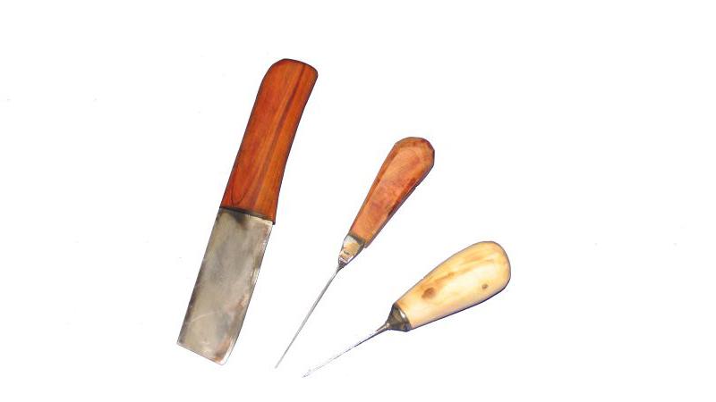 Ein Ledermesser wie auch eine trapezförmige Ahle und eine Rundahle. Die Klinge des Ledermessers ist aus einem Laminatstahl gefertigt (Rafinierstahl mit C60 Klingenkern) Dieses Messer soll an einem Ledermesserfund aus York angelehnt sein. Hier habe ich die Theorie das ein abgebrochenes Messer weiterverwendet wurde und es sich nicht um ein spezielles Ledermesser handelte.