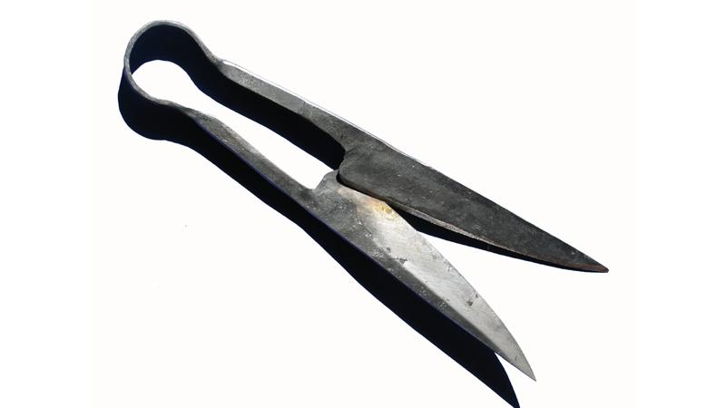 Mit dieser Bügelschere kann man Leder, Papier oder aber auch härtere Stoffe schneiden.
